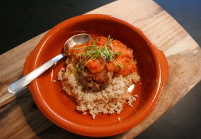 Frikadeller med couscous og grøntsagssauce